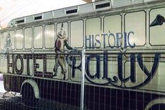 Auftritt von Autos von Anhängern und von Haube Raluy-Zirkus, auf der Abendstraße im Hafen der Stadt Lizenzfreie Stockbilder