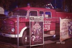 Auftritt von Autos von Anhängern und von Haube Raluy-Zirkus, auf der Abendstraße im Hafen der Stadt Stockfotografie