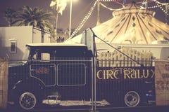 Auftritt von Autos von Anhängern und von Haube Raluy-Zirkus, auf der Abendstraße im Hafen der Stadt Lizenzfreies Stockfoto