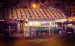 Auftritt von Autos von Anhängern und von Haube Raluy-Zirkus, auf der Abendstraße im Hafen der Stadt Stockbilder