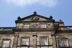 Aufwändige alte Architektur mit einem Wappen und Urnen Lizenzfreie Stockfotografie