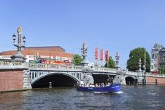 Aufwändige alte Brücke in alter Stadt Amsterdams. Lizenzfreie Stockfotos