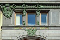 Aufwändige Dekoration des Sänger-Wohnungsbaus in StPetersburg, Rus Stockfotografie