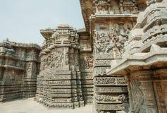 Aufwändige Ecke des des 12. Jahrhundertshoysaleshwara-Tempels mit Porträts von Ganesha und von Lord Brahma in der Stadt Halebidu, Stockfoto