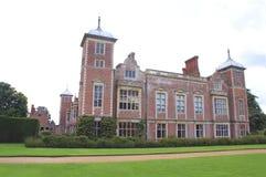 Aufwändige Fassade mit gewölbten Türmen, Erkerfenstern und Kaminen Lizenzfreie Stockfotografie