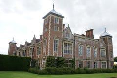Aufwändige Fassade mit gewölbten Türmen, Erkerfenstern und Kaminen Stockbilder