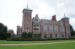 Aufwändige Fassade mit gewölbten Türmen, Erkerfenstern und Kaminen Lizenzfreies Stockbild