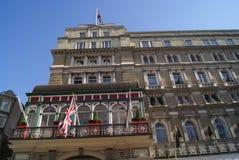 Aufwändige Fassade mit Union Jack-Flaggen Stockfoto