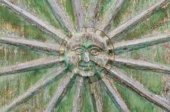 Aufwändige gestaltete Sonne des Holzes auf der Tür lizenzfreie stockfotos