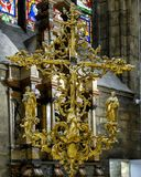 Aufwändige Goldskulptur Jesus Christ auf dem Kreuz innerhalb Milan Cathedrals, die Kathedralenkirche von Mailand, Lombardei, Ital lizenzfreie stockbilder