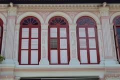 Aufwändige Kolonialfenster und Fensterläden purvis Straße 2, Singapur Stockfotografie