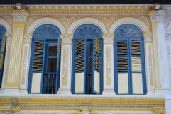 Aufwändige Kolonialfenster und Fensterläden purvis Straße 15, Singapur Stockfoto
