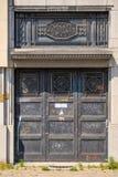 Aufwändige schwarze Metalltür eines verlassenen masnion im Antwerpen-Stadtzentrum, Belgien Stockbild