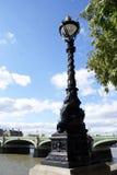Aufwändige Straßenlaterne oder Licht vor Westminster-Brücke in London, England Lizenzfreie Stockfotos