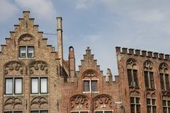 Aufwändige und historische Dachspitzen in Brügge Stockbilder