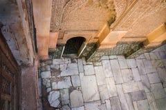 Aufwändige Wände in Marrakesch-Hof lizenzfreie stockbilder