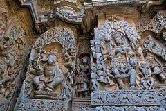 Aufwändige Wandentlastungen, die tanzendes Ganesha auf dem links und der Göttin Kali auf dem Recht, Hoysaleshwara-Tempel, Halebid stockfotografie