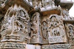 Aufwändige Wandentlastungen, die von linkem tanzendem Shiva, Krishna als Kaliya-mardana und Gottheit und Tanzen Parvati, Kedaresh stockbilder