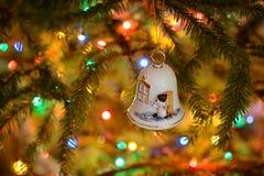 Aufwändige weiße Porzellanglocke - handgemachte Weihnachtsverzierung Stockbilder
