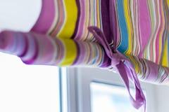 Aufwändiger bunter Vorhang mit den Linien, die das ganze Fenster bedecken Lizenzfreie Stockfotos