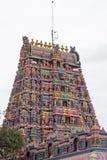 Aufwändiger Eingang zu einem hindischen Tempel im Tamil Nadu stockfotos
