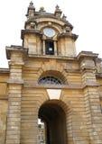 Aufwändiger Glockenturm und gewölbter Eingang Stockbild