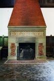 Aufwändiger Kamin - verlassener Musik-Raum in der Villa Stockfotografie