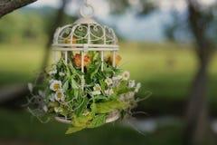 Aufwändiger natürlicher Dekor für äußere Einrichtungen mit Trockenblumen im Vogelkäfig lizenzfreie stockfotografie