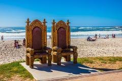 Aufwändiger Stuhl auf Hintergrund des Ozeans Stockbild