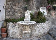 Aufwändiger Trinkbrunnen mit kleiner Statue eines Engels, der einen Delphin, Marina Grande, Sorrent hält stockbild