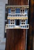 Aufwändiges blaues Vogelhaus auf Pol Lizenzfreie Stockbilder