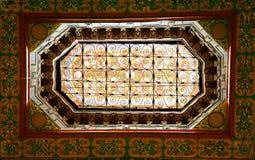 Aufwändiges Fenster im marokkanischen Palast Stockfotos