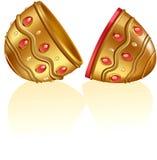 Aufwändiges goldenes Ei mit den Juwelen geöffnet Stockfotos
