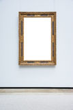 Aufwändiges minimales Design-Weiß Art Museum Frame Blue Walls lokalisiert Stockfoto