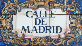 Aufwändiges spanisches Straßenschild Calle de Madrid Stockbild