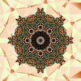 Aufwändiges stilisiertes Mandaladesign über Dreiecken Stockfoto