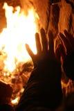 Aufwärmen auf hölzernem Feuer Lizenzfreie Stockfotos