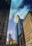 Aufwärts Ansicht der New- York Citywolkenkratzer Stockfotografie