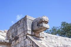 Aufwärts Ansicht der Steinjaguarkopfstatue an der Plattform Eagless und der Jaguare in den Mayaruinen von Chichen Itza, Mexiko Stockfotos