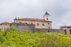 Aufwärts Ansicht des Schlosses Palanok, Mukachevo, Ukraine stockbild