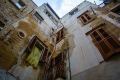 Aufwärts Ansicht in Gasse in Polignano eine Stute, Puglia, Italien Lizenzfreies Stockbild