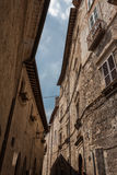 Aufwärts Ansicht von alten Steinhäusern Stockbild