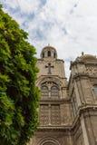 Aufwärts Ansicht von Dormition der Mutter der Gott-Kathedrale in Varna, Bulgarien, mit Baum, am bewölkten Tag des blauen Himmels lizenzfreie stockfotografie