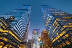 Aufwärts Ansicht von New- Yorkwolkenkratzern an der Dämmerung Lizenzfreies Stockbild