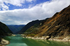 Aufwärts gerichtete Landschaft des Yangtze-Flusses lizenzfreie stockfotografie