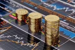Aufwärtstrend stapelt Münzen, auf den finanzielldiagrammen auf lager Lizenzfreie Stockfotografie