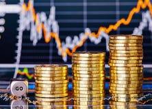 Aufwärtstrend stapelt Münzen, würfelt Würfel mit dem Wort GEHEN Stockfotos