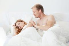 Aufwachen im Bett lizenzfreie stockfotografie
