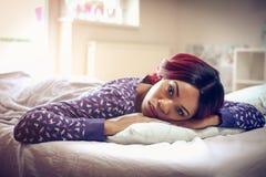 Aufwachen von einem profunden Schlaf lizenzfreies stockfoto