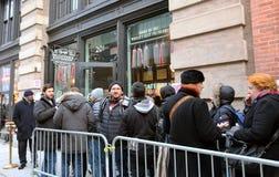 Aufwartung auf Linie, zum in Carnegie-Feinkostgeschäft zu kommen lizenzfreies stockfoto